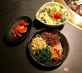 大阪心齋橋頂級和牛燒肉「黑毛和牛燒肉一」的推薦套餐「C套餐」(Cコース)提供的泡菜、沙拉與韓式四種拌菜