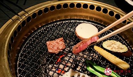 大阪心齋橋頂級和牛燒肉「黑毛和牛燒肉一」的推薦套餐「C套餐」(Cコース)烤肉烤到粉紅色