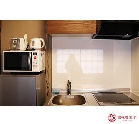 京都的西陣地區一間以江戶時代為主題,從裝潢到設備都花心思放入懷舊元素,帶住客穿越時空,回到時代劇中常見的日本古代盛世的特色旅宿——「長屋STAY京都西陣路地」內的特色房間長唄之間內有小廚房