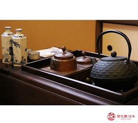 京都的西陣地區一間以江戶時代為主題,從裝潢到設備都花心思放入懷舊元素,帶住客穿越時空,回到時代劇中常見的日本古代盛世的特色旅宿——「長屋STAY京都西陣路地」內的特色房間長唄之間內擺有精緻茶具組
