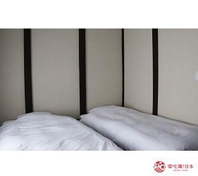 京都的西陣地區一間以江戶時代為主題,從裝潢到設備都花心思放入懷舊元素,帶住客穿越時空,回到時代劇中常見的日本古代盛世的特色旅宿——「長屋STAY京都西陣路地」內的本館洋室+和室小客廳內已放有兩張又大又舒服的單人床