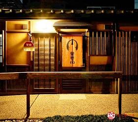 京都的西陣地區一間以江戶時代為主題,從裝潢到設備都花心思放入懷舊元素,帶住客穿越時空,回到時代劇中常見的日本古代盛世的特色旅宿——「長屋STAY京都西陣路地」內的特色房間髮結之間房門口