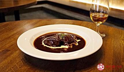 京都威士忌名酒推薦店家「酒的美術館三條烏丸本店」販售的餐飲「紅酒燉牛肉」