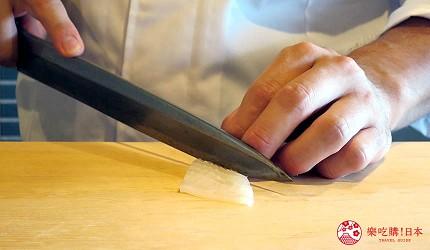 大阪心斋桥推荐高级寿司店「寿司割烹 いぶき」的寿司师傅切食材中