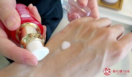 京都美人的秘密美妝保養品「京乃雪」的明星商品美容液(オリジナルエッセンス)按出米粒大小