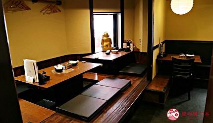 大阪难波必吃串炸名店「新世界串炸 ITTOKU」的二楼店内环境