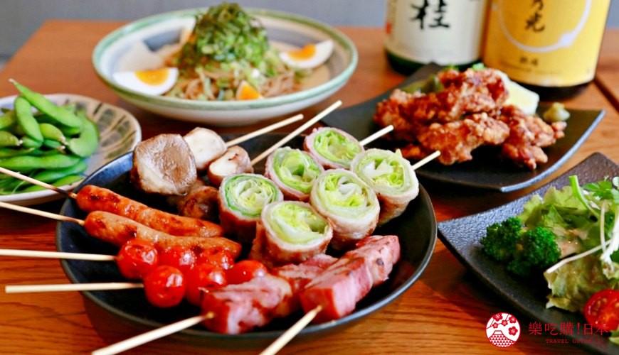 京都乌丸串烧居酒屋推荐「丸庄商店」的2,000日元经济套餐,包含串烧拼盘、日式炸鸡、日式干拌面、生菜沙拉、毛豆