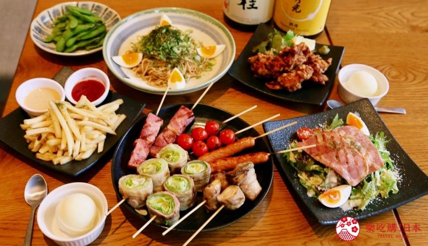 京都乌丸串烧居酒屋推荐「丸庄商店」的2,500日元超值套餐,包含串烧拼盘、日式炸鸡、日式干拌面、凯萨沙拉、毛豆、炸薯条、甜点