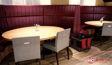 大阪心斋桥和牛铁板烧店「鸟取和牛 大山不二家」的店内沙发区座位
