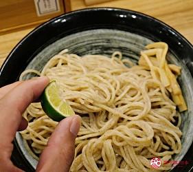 大阪心齋橋必吃沾麵「麺匠たか松」的沾麵現擠酸橘汁進去