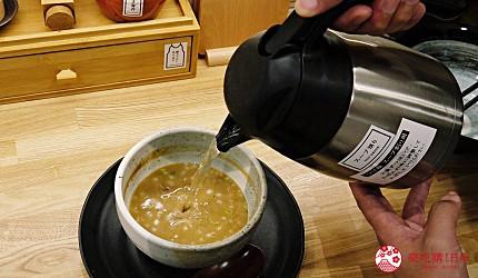 大阪心齋橋必吃沾麵「麺匠たか松」的沾麵將剩餘湯頭加入清湯