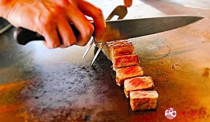 神戶三宮站必吃神戶牛排店「steak house ZEN」的「鮮麗」套餐的神戶牛沙朗牛排廚師切肉中