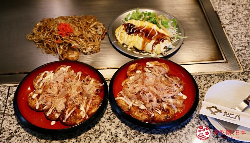 大阪道顿堀推荐章鱼烧名店「たこ八」(TAKOHACHI)的必点「道顿堀章鱼烧套餐」的章鱼烧20颗、日式炒面、豚平烧
