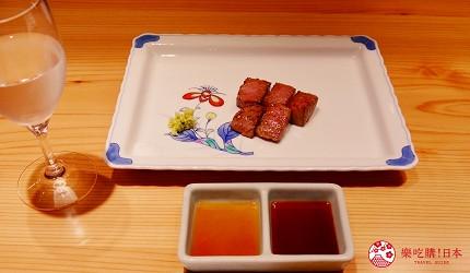 大阪心斋桥和牛铁板烧店「鸟取和牛 大山不二家」的「超豪华鸟取海陆和牛套餐」的特级菲力牛排切块与沾酱