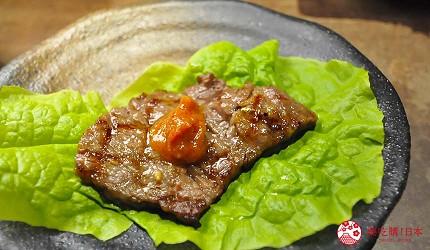 大阪心齋橋燒肉神戶牛推介推薦店舖焼肉どうらく心斎橋店的燒肉搭配了生菜自家特製醬料