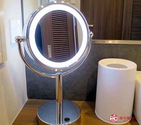 日本自由行大阪交通方便住宿推介karaksa hotel grande 新大阪 Tower唐草飯店的浴室內的附照明燈的化妝鏡