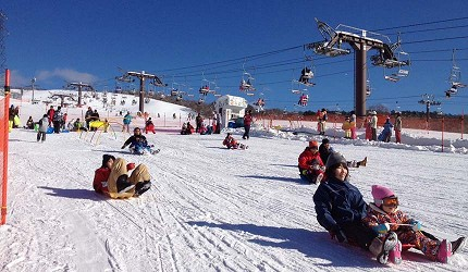 日本關西北海道新潟滑雪自由行滑雪場推薦5選之一的ひるがの高原滑雪場的玩雪的客人