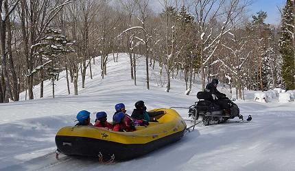 日本關西北海道新潟滑雪自由行滑雪場推薦5選之一的箱館山滑雪場的雪上泛舟