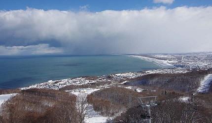 日本關西北海道新潟滑雪自由行滑雪場推薦5選之一的SNOW CRUISE ONZE的日本海的全景致