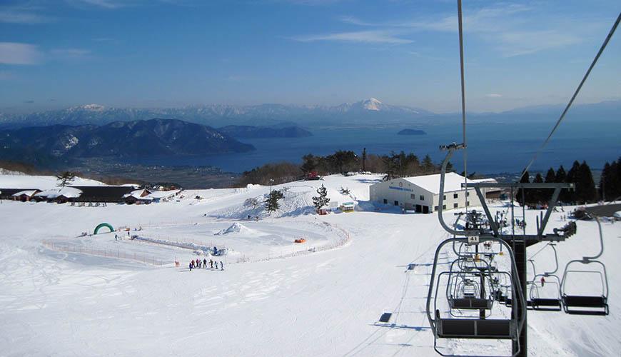 日本關西北海道新潟滑雪自由行滑雪場推薦5選之一的箱館山滑雪場的山路雪道可以看到琵琶湖