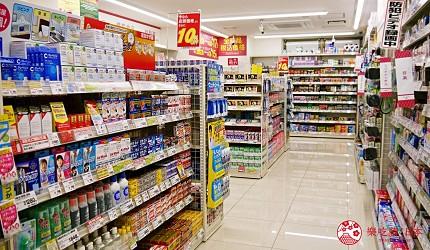 日本关西自由行药妆店必买必逛COSMOS 科摩思四条河原町的店舖内走道