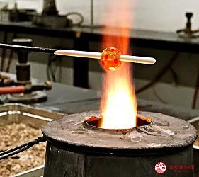 關西自由行必去推薦推介大阪難波和泉市玻璃珠DIY過程中保持水平轉動鐵棒燒製上花紋實拍